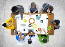Reunião de grupo de pessoas multi-étnico com símbolo da engrenagem Imagem de Stock