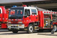 Rote und weiße Löschfahrzeuge an einem hohen Feuergefahrentag Stockfoto