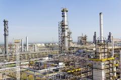 Russischer Raffineriekomplex am Sommertageslicht Lizenzfreie Stockfotos