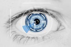 Sécurité Iris Scanner sur l'oeil humain bleu Image libre de droits