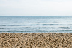 Sabbia di mare e chiara struttura del cielo Fotografie Stock Libere da Diritti