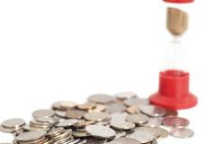 Sanduhr auf Münzen Lizenzfreie Stockfotografie