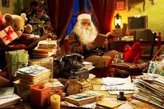 Santa Claus que se relaja en casa Imágenes de archivo libres de regalías