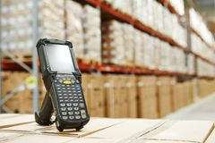 Scanner de code barres à l'entrepôt Images libres de droits