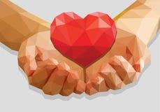 Schalenförmige Hände halten niedrig-Polypolygon des roten Herzens auf einem Grau Lizenzfreies Stockbild