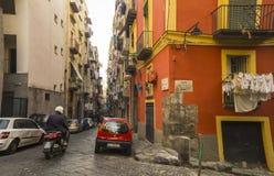 Schmale Straße in der historischen Mitte von Neapel, Italien Stockfotografie