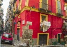 Schmale Straße in der historischen Mitte von Neapel, Italien Lizenzfreies Stockbild
