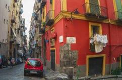 Schmale Straße in der historischen Mitte von Neapel, Italien Stockfoto
