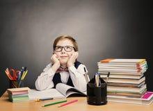 Schulkind-Junge in den Gläsern denken Klassenzimmer, Kinderstudenten-Buch Lizenzfreie Stockbilder