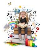 Schulmädchen-Lesebuch auf Weiß Lizenzfreie Stockfotografie