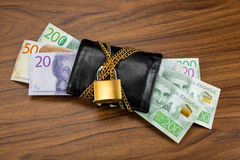 Schwedische Banknoten, die heraus von einer verschlossenen schwarzen Geldbörse haften Stockfotos
