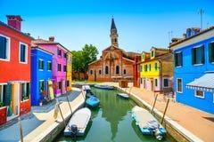 Señal de Venecia, canal de la isla de Burano, casas coloridas, iglesia y barcos, Italia Fotografía de archivo