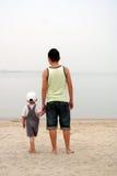 Seascape de observação do pai e do filho Imagens de Stock