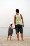 Seascape de observação do pai e do filho Imagem de Stock
