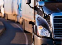Semi camion dans le fronf du convoi Photos libres de droits