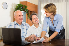 Senior couple with social worker at home Royalty Free Stock Photos