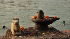 Shiva Linga alla statua sacra del toro sulla banca del Gange Fotografie Stock
