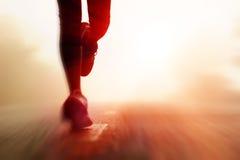 Silueta corriente del camino del atleta Imagenes de archivo