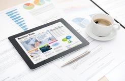 Sito Web di notizie dal mondo degli affari sulla compressa digitale Immagini Stock Libere da Diritti