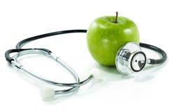 Skydda din hälsa med sund näring. Stetoskop äpple Arkivbilder