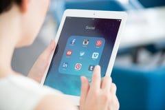 Sociala massmediaapps på Apple iPad Royaltyfri Foto