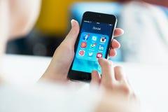 Sociale media apps op Apple-iPhone 5S Stock Fotografie