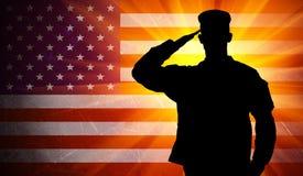 Soldato maschio di saluto fiero dell'esercito sul fondo della bandiera americana Fotografia Stock