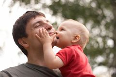 Son kissing his father Royalty Free Stock Photos