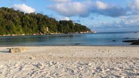 Spiaggia di sabbia bianca sull'isola tropicale Immagine Stock Libera da Diritti