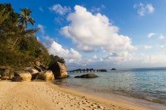 Spiaggia tropicale sabbiosa con i massi enormi Immagine Stock