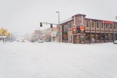 Stadtstraße an einem Wintertag umfasst mit Schnee, Anchorage, Alaska Stockfotos
