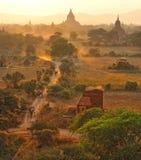 Stoffige weg in bagan, myanmar. Stock Foto