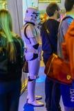 Stormtrooper imperiale accanto all'altra gente Immagini Stock