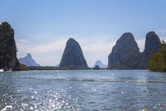 Stort vaggar i vattnet på Phang Nga Arkivfoto