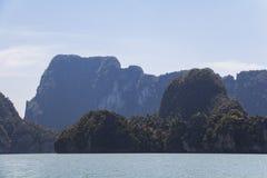 Stort vaggar i vattnet på Phang Nga Royaltyfri Bild