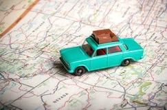 Stuk speelgoed auto op een wegenkaart Royalty-vrije Stock Foto's