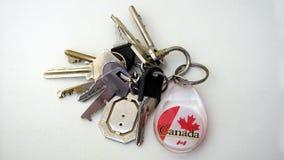 Suporte da porta-chaves com o emblema canadense do crachá da bandeira Fotografia de Stock Royalty Free