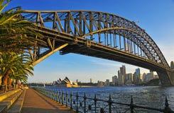 Sydney Harbour Bridge con horizonte de la ciudad, Sydney Australia Imagenes de archivo