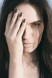 Täckande halv framsida för nätt kvinna med handen Fotografering för Bildbyråer