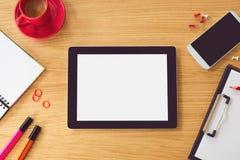 Tablet met het lege witte scherm op houten lijst Bureauspot omhoog Mening van hierboven Royalty-vrije Stock Foto's
