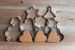 Taglierine del biscotto di Natale e biscotti del pan di zenzero Immagine Stock