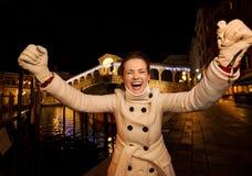 Tempo do Natal da despesa do júbilo da jovem mulher em Veneza, Itália Foto de Stock Royalty Free