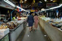 Thailändische Leute reisen und Einkaufslebensmittel bei Don Wai Floating Market Stockbilder