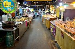 Thailändische Leute reisen und Einkaufslebensmittel bei Don Wai Floating Market Stockfotografie