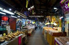 Thailändische Leute reisen und Einkaufslebensmittel bei Don Wai Floating Market Stockfotos