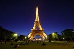Torre Eiffel en la luz de la noche, París, Francia. Imagenes de archivo