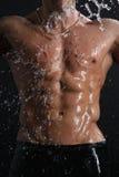 Torso sexy del giovane del muscolo bagnato sotto la pioggia Fotografie Stock