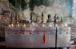 Tradition und Kultur von Thailand, Angebotöllampe der thailändischen Leute Stockfotos