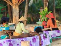 Traditionelle asiatische Strandmassage Stockfotos
