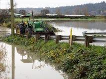 Traktor auf überschwemmter Straße Lizenzfreie Stockfotos
